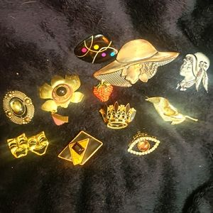 Lot of 11 brooches